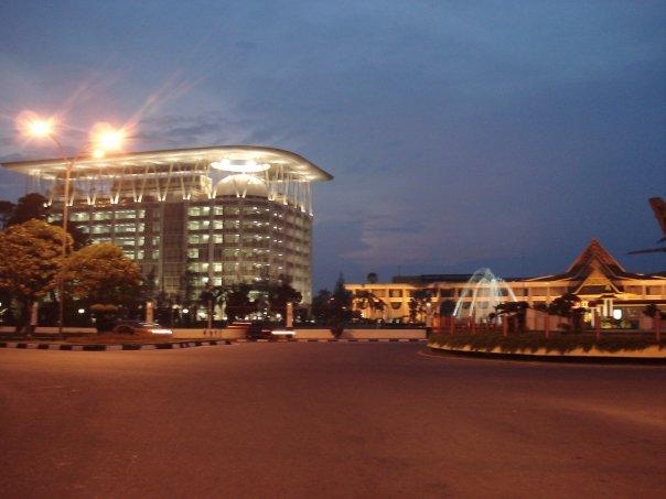 kantor Gubernur Riau, sebelahnya menara lancang kuning.